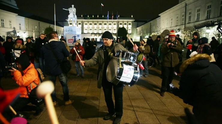 """""""Teraz nas słychać?"""". Protest przed Pałacem Prezydenckim przeciwko reformie oświaty"""