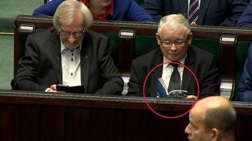 """24-11-2017 10:00 Jarosław Kaczyński czytał w Sejmie """"Atlas kotów"""""""