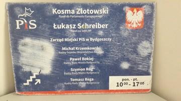 """23-10-2017 21:34 Tablica na biurze posłów PiS Schreibera i Złotowskiego zerwana i uszkodzona. """"Przejaw bezsilności i nienawiści"""""""