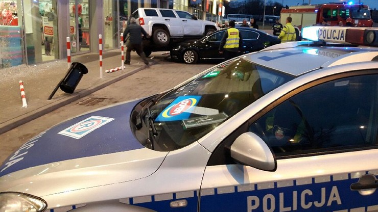 2017-02-26 Wypadek przed marketem w Żarach (Lubuskie). Jeep na masce innego auta