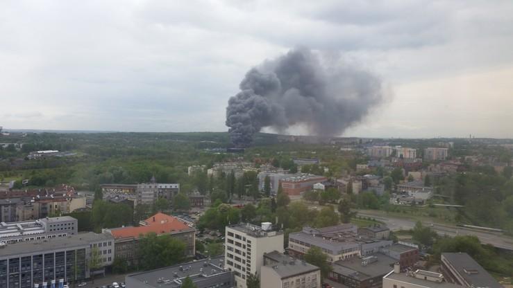 Tak wyglądał pożar hali w Katowicach z pobliskiego bloku. Słup gęstego dymu widać z było w całej okolicy