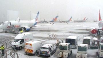 04-03-2016 13:11 Zamknięte szkoły i lotniska, zablokowane drogi. Wielka Brytania sparaliżowana opadami śniegu