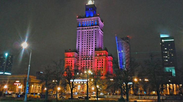 W niedzielę wieczorem budynki w centrum stolicy były podświetlone barwami Francji