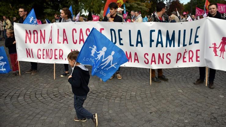 """""""Dzieci potrzebują matki i ojca"""". Manifestacja przeciw małżeństwom jednopłciowym w Paryżu"""