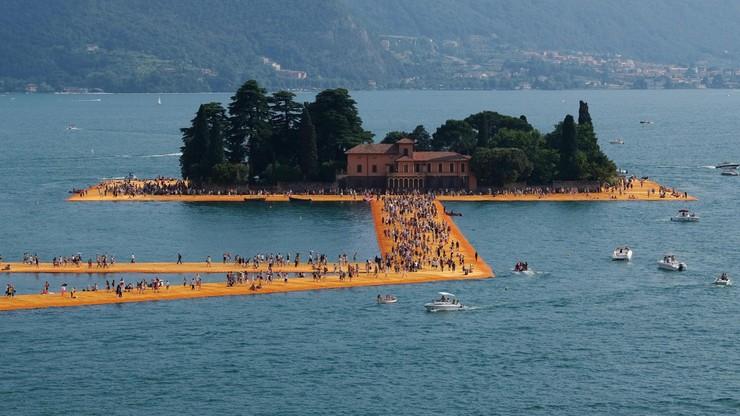 Niezwykła atrakcja artystyczna we Włoszech. Pomostem na jeziorze przeszło ok. 1,5 mln osób