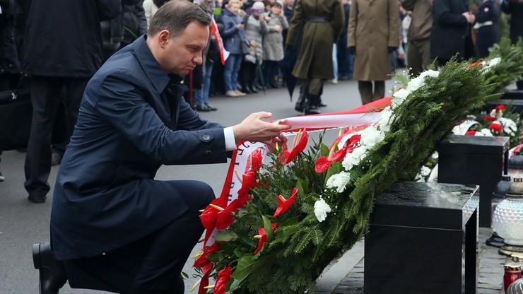Prezydent złożył wieniec przed pomnikiem Ofiar Katastrofy Smoleńskiej