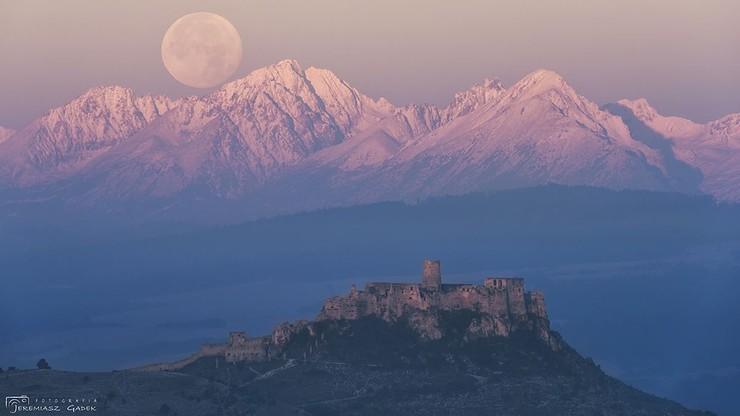 Zachodzący superksiężyc nad Tatrami