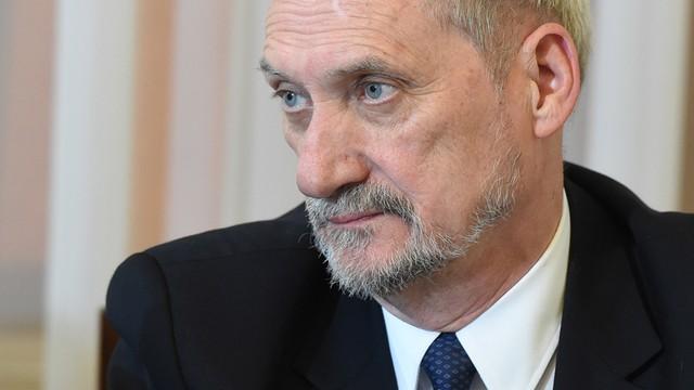 Resort Macierewicza bada sprawę testów broni na Polakach