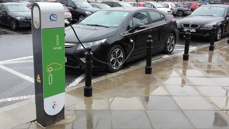 2017-04-12 Ładowanie samochodu elektrycznego przy stanowisku przed Teatrem Wielkim w Warszawie