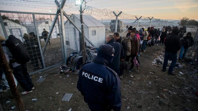 Grecy usuwają imigrantów z macedońskiej granicy