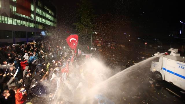 Turcja: Armatki wodne i kule gumowe przeciwko obrońcom gazety opozycji