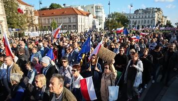 """24-09-2016 18:41 """"Dzielą nas w Polsce i chcą nas oddzielić od Europy"""". Marsz KOD w Warszawie"""