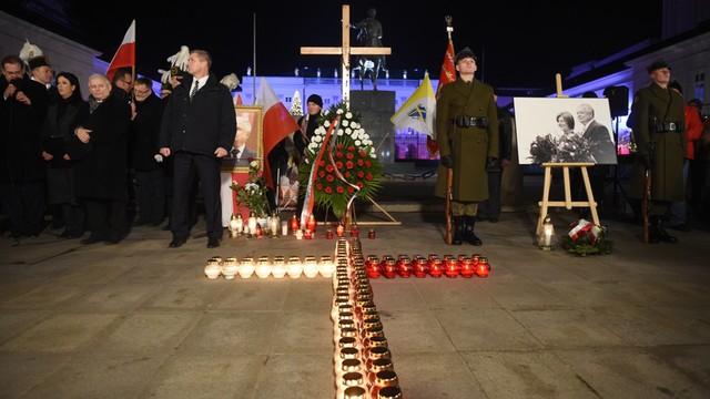 Kaczyński przed Pałacem Prezydenckim: W miejscu, gdzie stał krzyż, będzie tablica