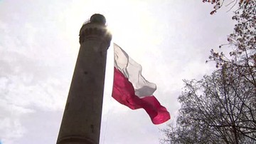 Ogromna biało-czerwona flaga na latarni morskiej w Świnoujściu
