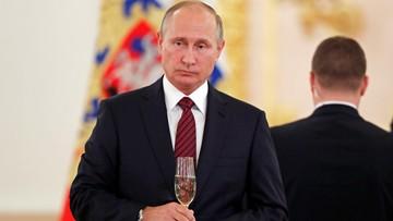 08-10-2017 06:52 Berlusconi przyleciał na urodziny Putina. Wręczył mu nietypową poszwę na kołdrę [ZDJĘCIE]