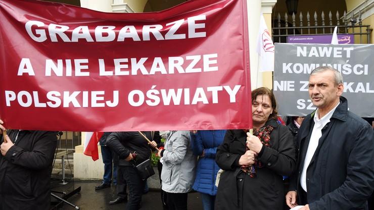 Prezes ZNP Sławomir Broniarz (P) podczas protestu przeciw reformie edukacji, przed stołecznym ratuszem na placu Bankowym