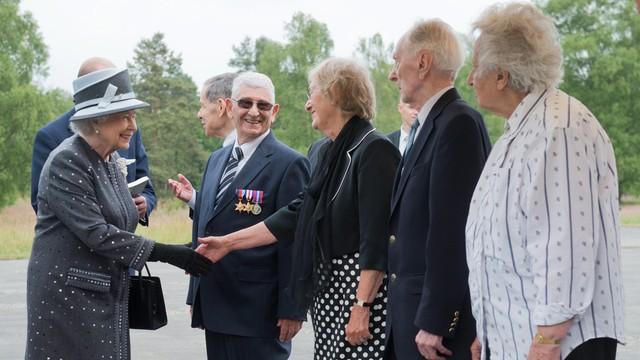 Elżbieta II złożyła hołd ofiarom obozu Bergen-Belsen