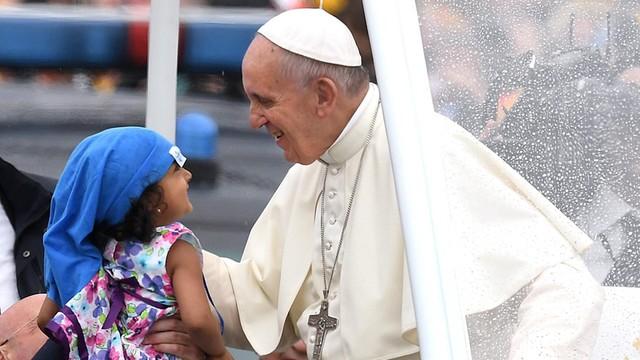 Papież: szczęście rodzi się w miłosierdziu