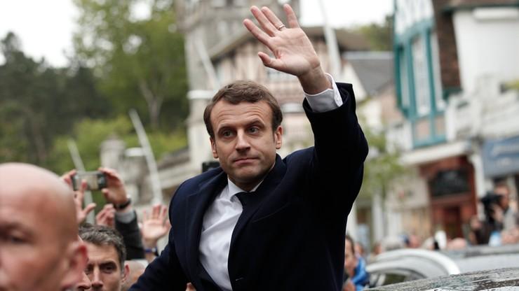 Ewakuacja dziedzińca Luwru. Ewentualne zwycięstwo ma tam świętować Macron