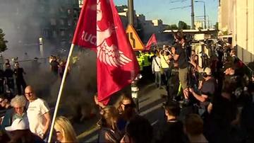 """2017-05-28 Narodowcy przeciwko """"Klątwie"""". Policja przed Teatrem Powszechnym"""