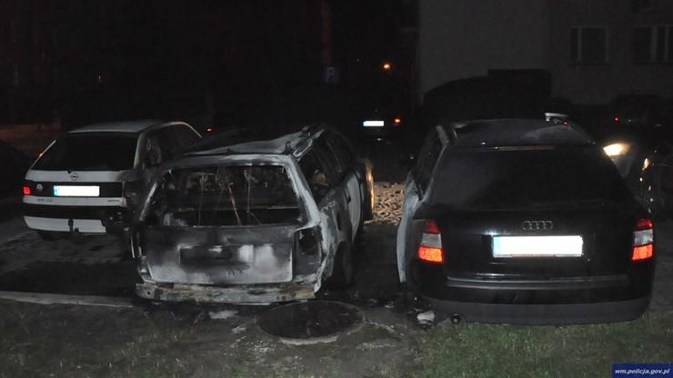 Wlewali paliwo i świecili zapalniczką. Spłonęły trzy auta