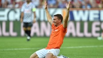 2017-08-01 Podolski zachwycił dwoma golami i... Tsubasą na korkach