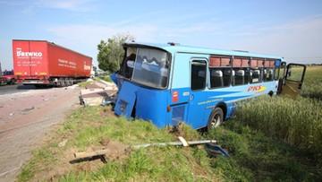 10-07-2017 14:00 Autobus zderzył się z samochodem ciężarowym. 10 osób poszkodowanych