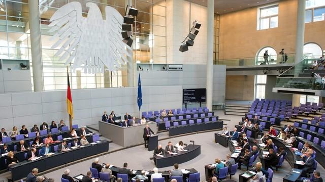 Konstytucja Niemiec po arabsku. Ma pomóc w integracji imigrantów