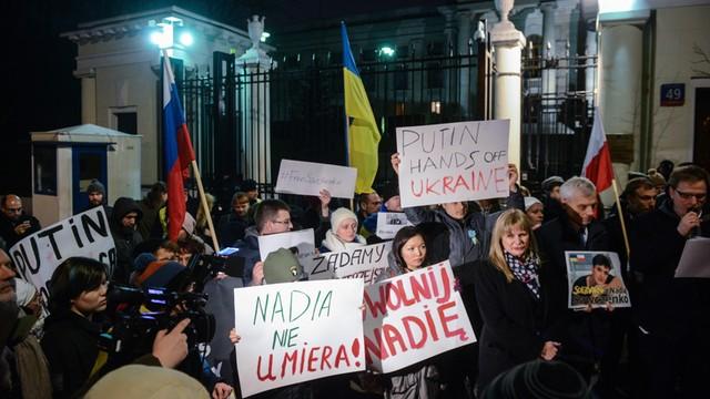 Warszawa: demonstracja pod ambasadą Rosji w obronie Nadii Sawczenko