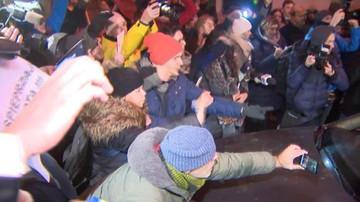 """18-12-2016 20:00 """"Idź pan do diabła"""". Tłum utrudniał wjazd i wyjazd Kaczyńskiego z Wawelu"""