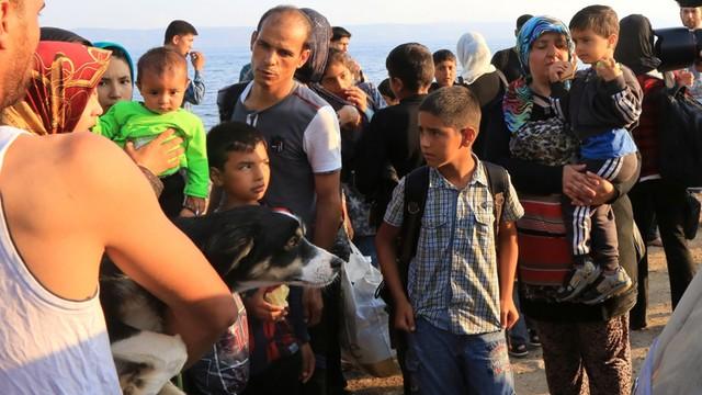 Grecja: fala uchodźców wciąż płynie, kolejne promy przypłynęły z Turcji