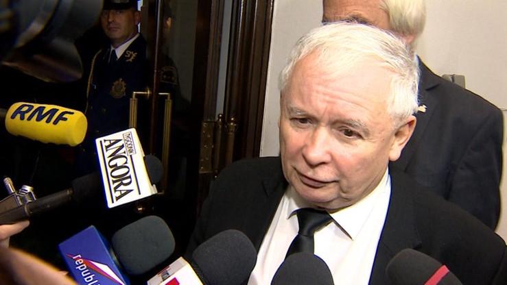 """""""Kaczyński zagląda nam do łóżek, my zajrzymy mu przez płot"""". """"Czarny protest"""" przed domem lidera PiS"""