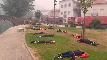 20-06-2017 14:59 Bohaterowie po wielogodzinnej walce z żywiołem. Zdjęcie portugalskich strażaków obiegło świat
