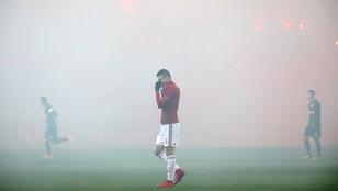 Kraków: dym z rac uniemożliwił piłkarzom grę