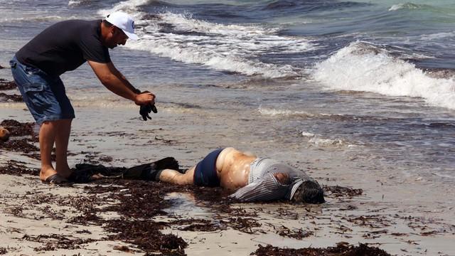 Libia: po zatonięciu łodzi z uchodźcami morze wyrzuciło na brzeg 82 ciała