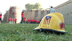 Żółta wstęga ze strażackich kasków. Katalońscy strażacy wspierają regionalny rząd