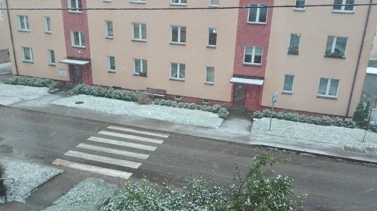 2017-10-31 Śnieg przyprószył Barczewo. Pobielone trawniki i chodniki