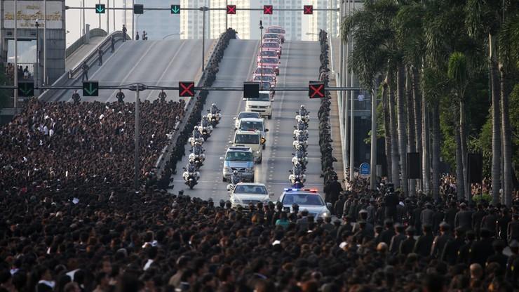 Tajlandia: mieszkańcy masowo wychodzą na ulice, by oddać ostatni hołd uwielbianemu królowi