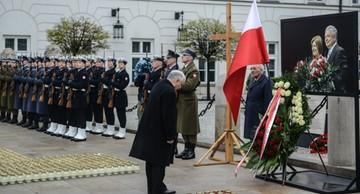 Apel Poległych na Krakowskim Przedmieściu w godzinę katastrofy