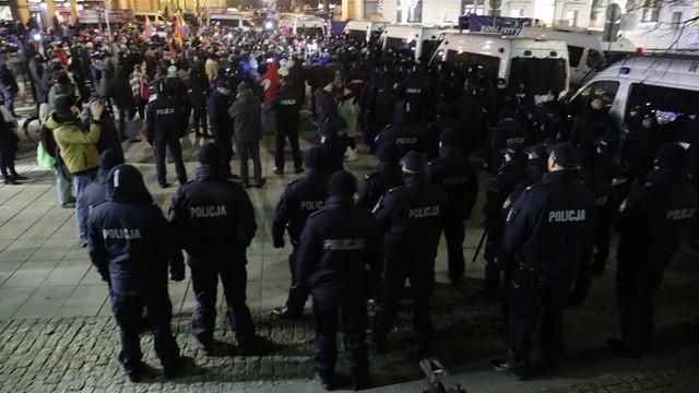 Policja: spokojnie podczas miesięcznicy