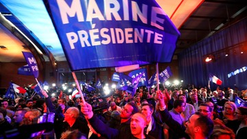 Politico: wygrana Macrona to oznaka słabnięcia populistów, ale wciąż są w grze
