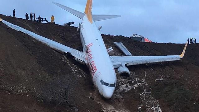 Turcja: samolot zjechał z pasa startowego i zawisł na skarpie