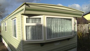 Sto dni po nawałnicy w Rytlu. Trzy rodziny spędzą święta w tymczasowych domkach