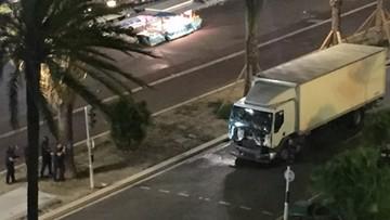 14-07-2016 23:26 Panika na ulicach Nicei. Ciężarówką rozjeżdżał ludzi