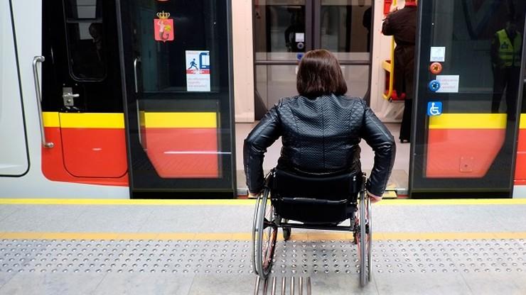"""""""Dzień Integracji w metrze"""". Pasażerowie poznają zasady zachowania wobec niepełnosprawnych"""