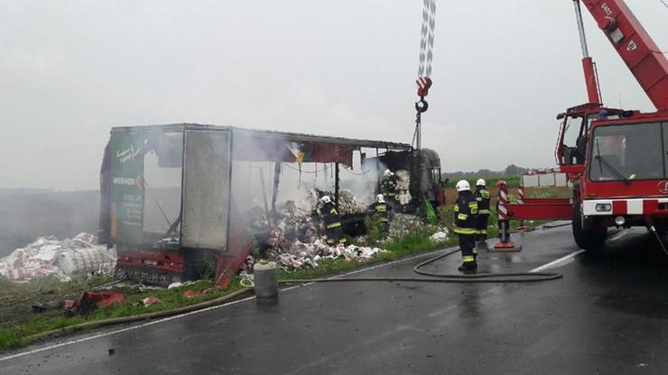 Osobówka zakleszczyła się pod tirem; auta stanęły w płomieniach. Jedna osoba nie żyje