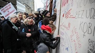"""""""Ściana furii"""" przed siedzibą PiS. Strajk kobiet w Warszawie"""