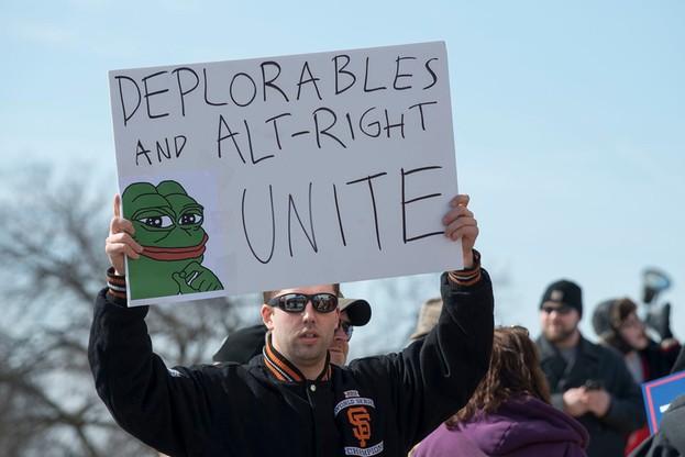 Zwolennik Trumpa na marszu w Minnesocie