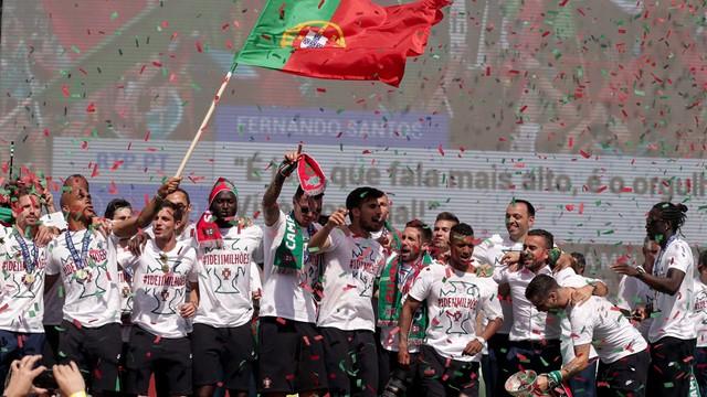 ME 2016 - przyjazd piłkarzy sparaliżował Lizbonę
