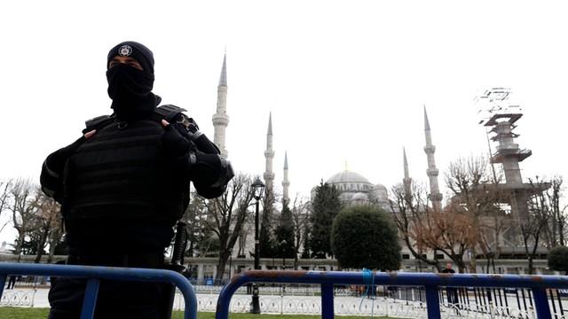 Turcja: trwają czystki w służbach; nakazy aresztowania szefów policji